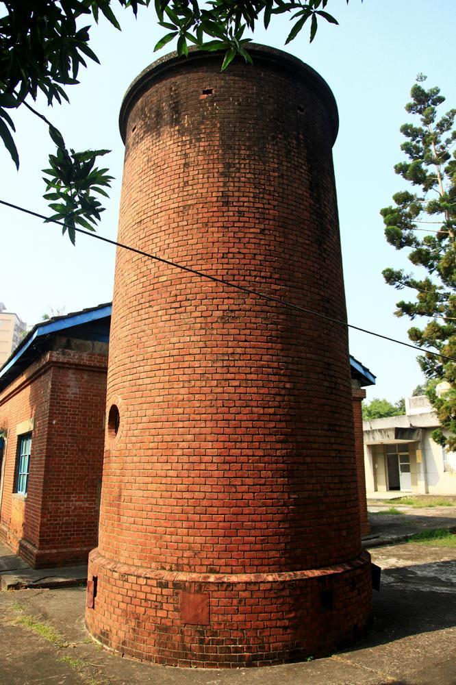 紅磚瓦建造的圓柱塔為水塔功用。