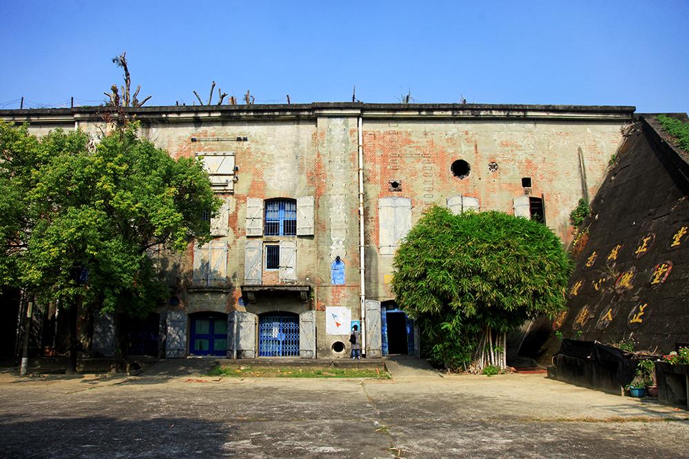 為防止敵軍轟炸,大碉堡上方有厚厚泥土,門亦採用防爆門,從正面看到三個跨間的設計皆不同。