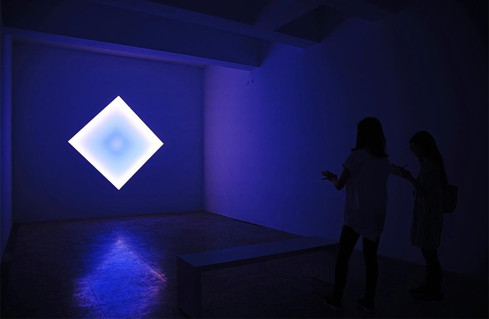 在《科林斯運河—鑽石》可見到藝術家James Turrell以光為素材的裝置作品。