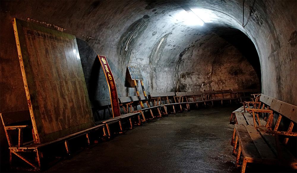 在鼓山洞裡重現民眾躲避空襲坐的椅子,可容納800多人。