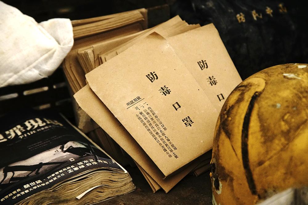 坑道裡發現防毒口罩、民防通行證等警備用品。