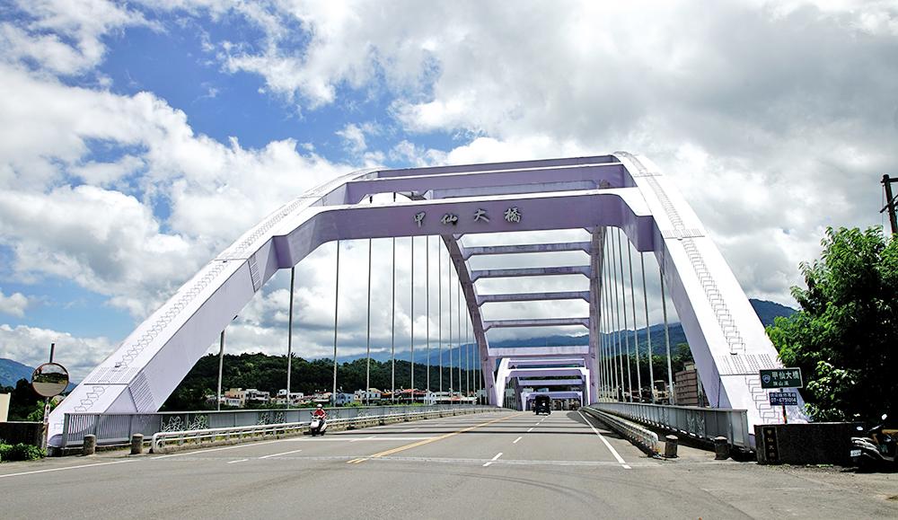 紫色橋身的甲仙大橋,是進入甲仙的地標意象。