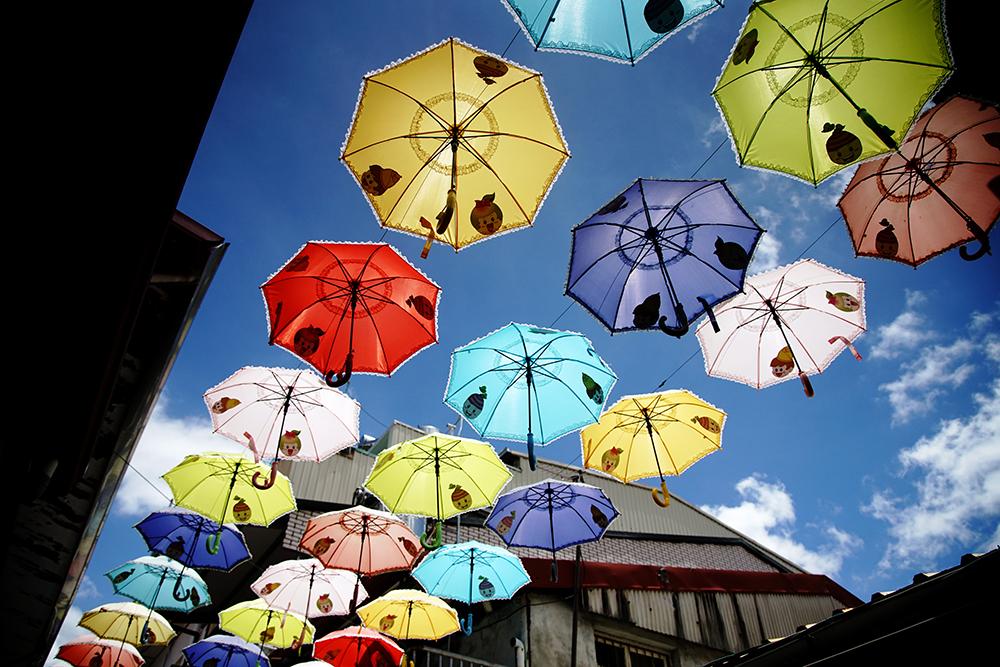 貓巷天空小雨傘,五彩繽紛像極了童話。