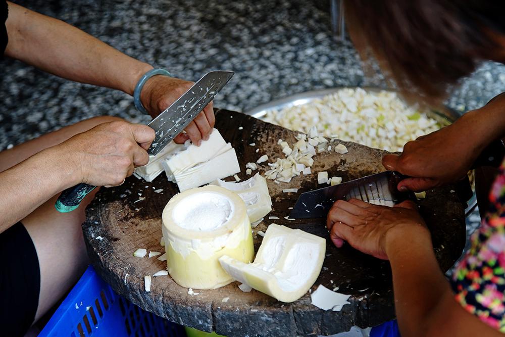 麻竹筍收成時節,家家戶戶門前都能看見婦女們忙著切竹筍。