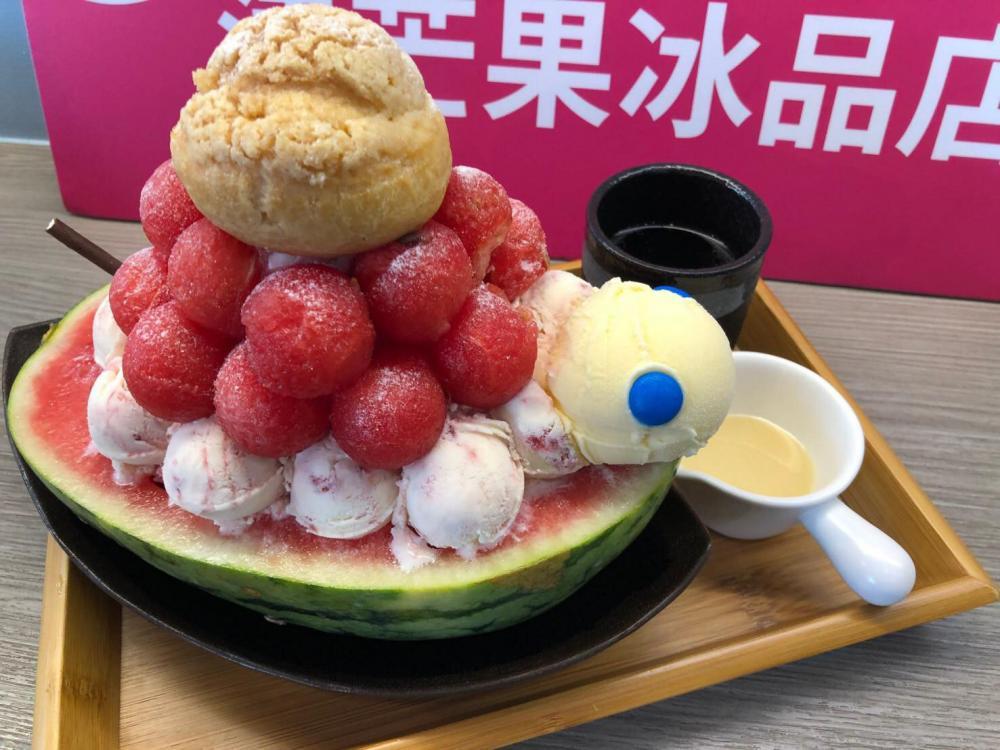 取名為「綠西龜」的冰品,在西瓜上堆滿牛奶雪花與冰淇淋泡芙。