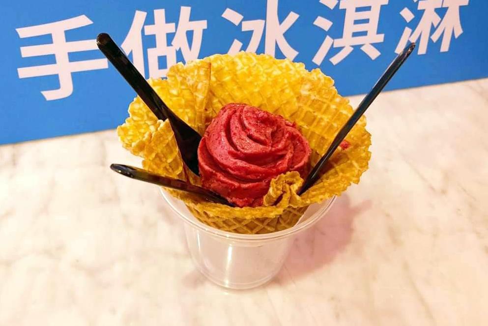 酸甜的野莓義式冰淇淋搭配香脆餅乾。