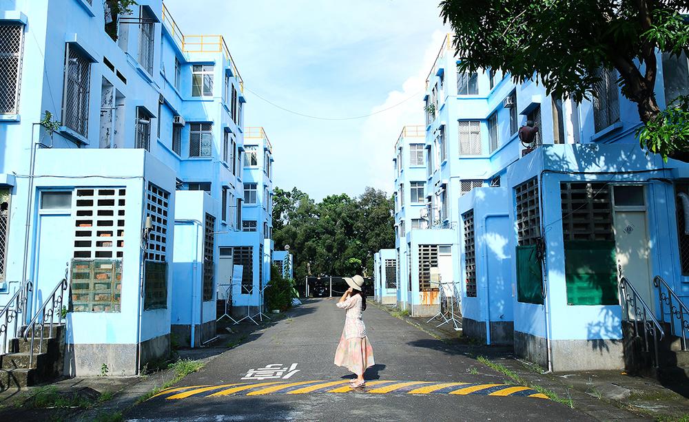 宏南宿舍保留許多中油當時的辦公樓或設備,淡藍色的大樓與藍天白雲十分吸睛。