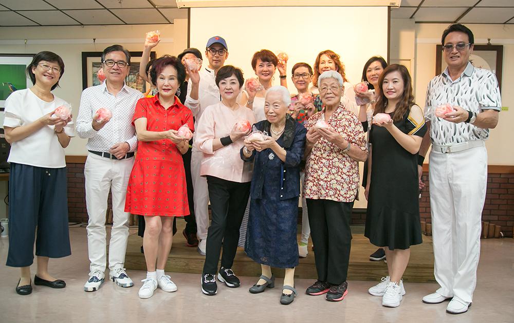 高雄公益大使甄珍與眾星到高雄市社會局長青中心做公益。