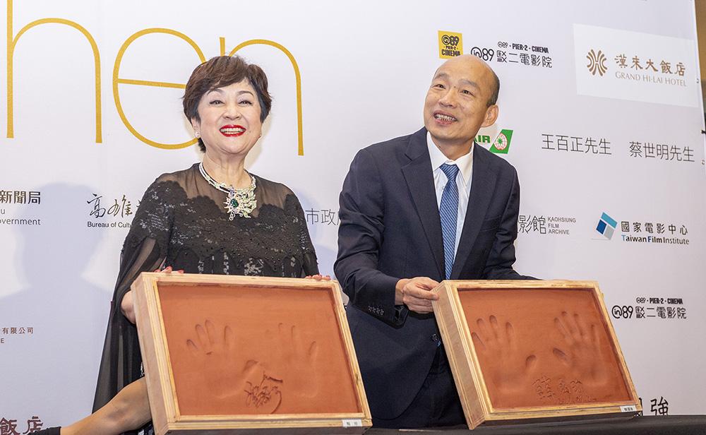 甄珍與韓市長為活動留下珍貴手印。