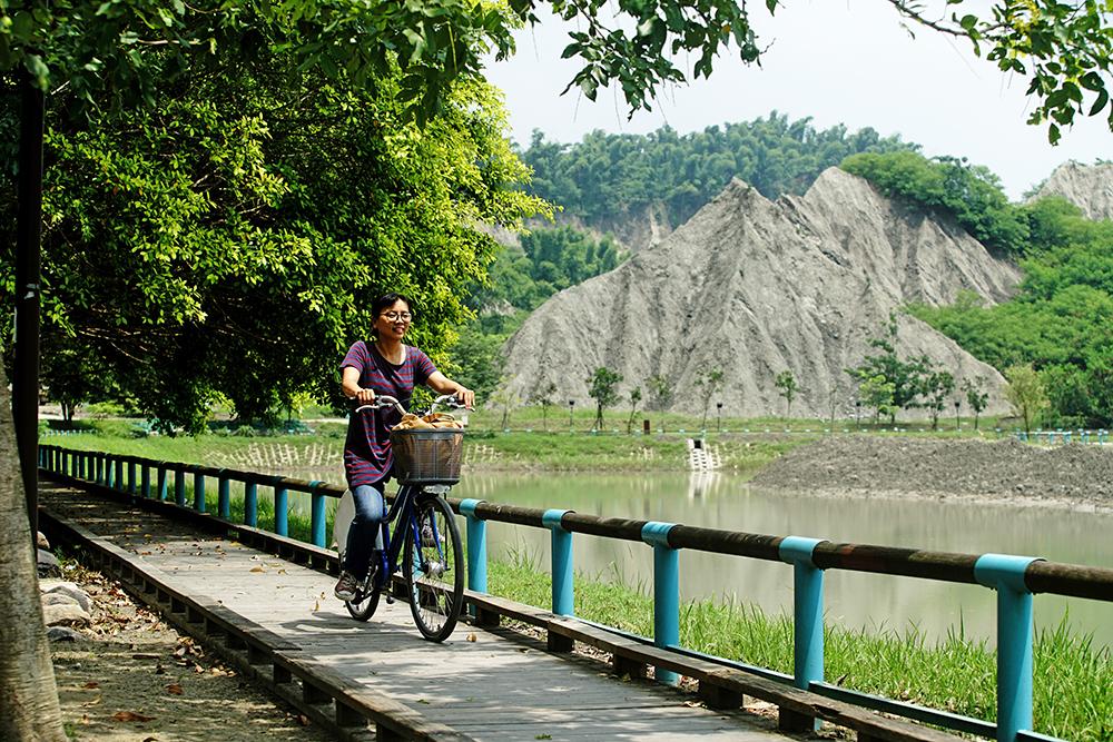 進入玉池環湖步道,可步行,也能單車漫遊。