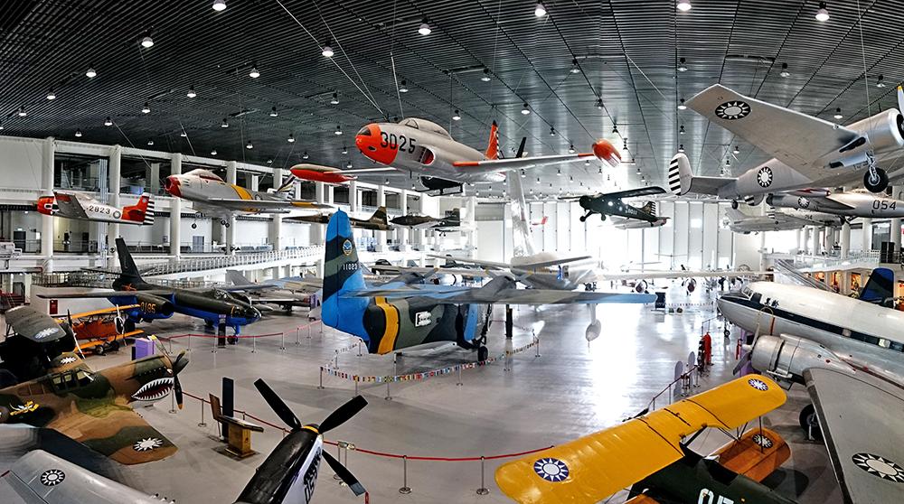 航空教育展示館主場館分別以懸掛與地面展示,共41架飛機。