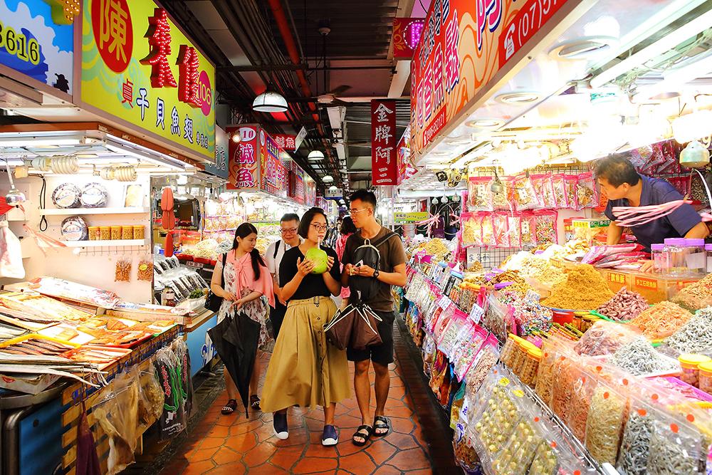 觀光市場裡滿滿零嘴伴手禮。