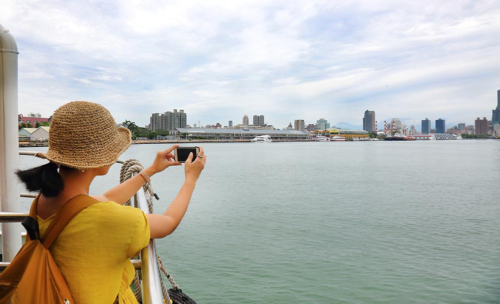 遊船上看見高雄的新面貌,海上的風景是旅人們最想捕捉的一景。