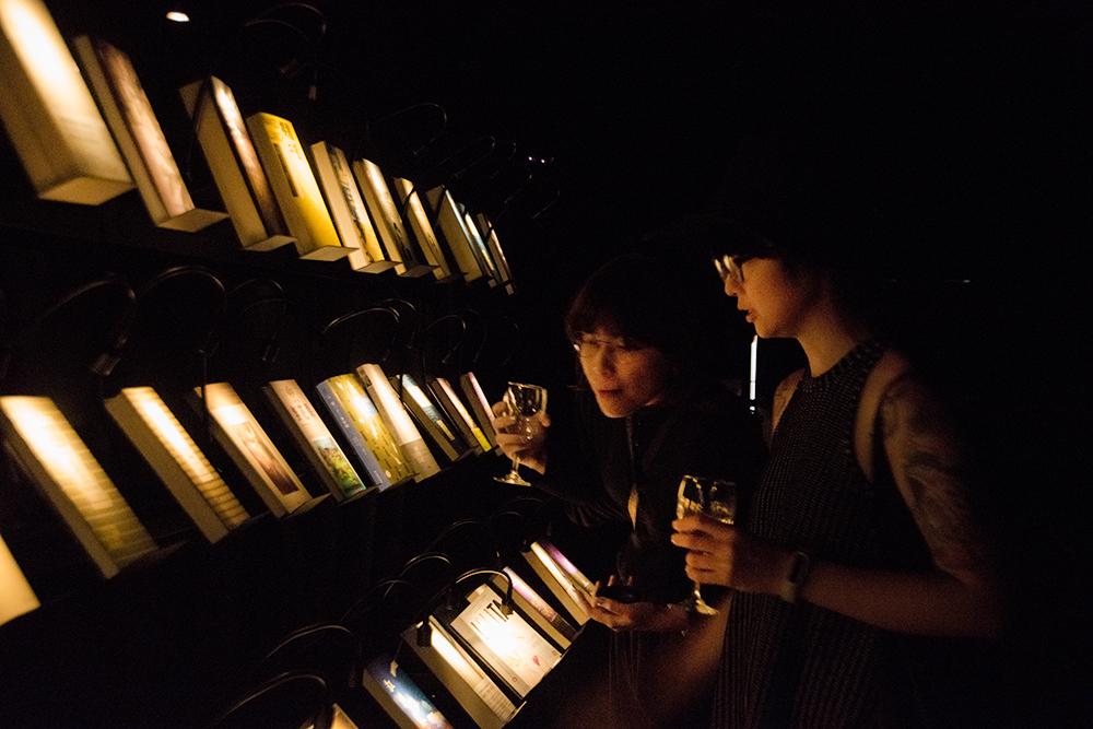 無關實驗書店用特別的亮暗對比來展示書籍。