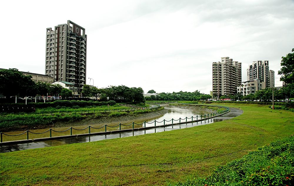 後勁溪溪畔自行車道。