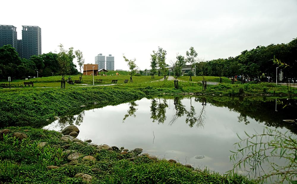 青埔溝排水設置現地水質淨化場,營造自然蜿蜒生態水池與溪流。