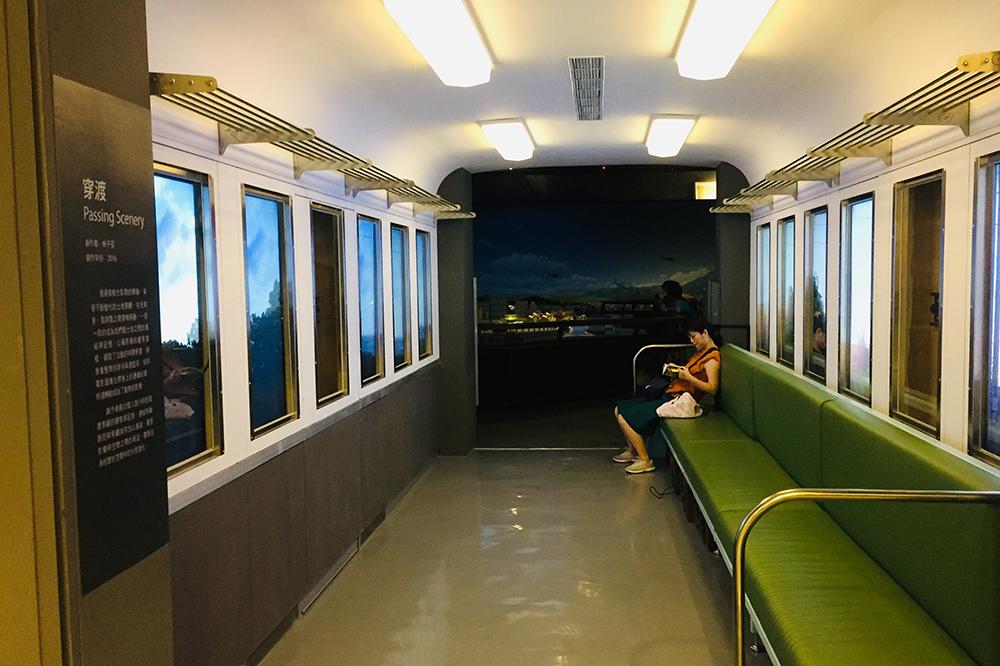 藝術家林子荃創作的「穿渡」中,以攝影機的觀景窗框,作為我們與土地的連結記憶。
