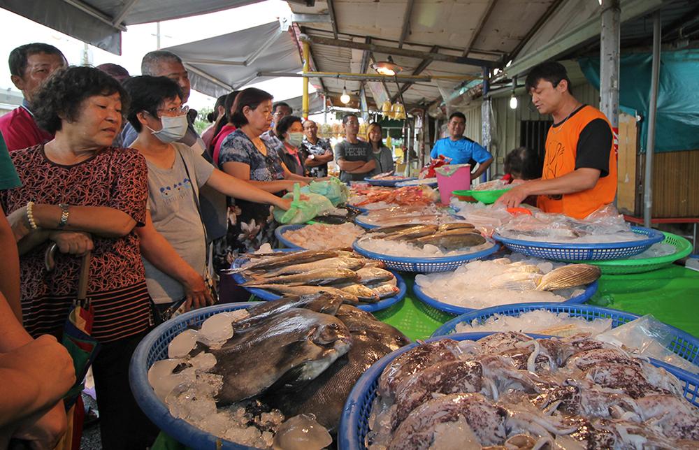 興達港觀光魚市場是高雄台南買海鮮的好去處之一。