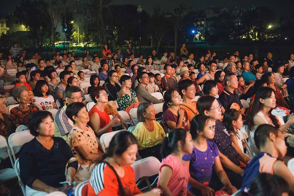 高雄庄頭藝穗節來到庄頭廟埕、學校、活動中心,相招來看戲。