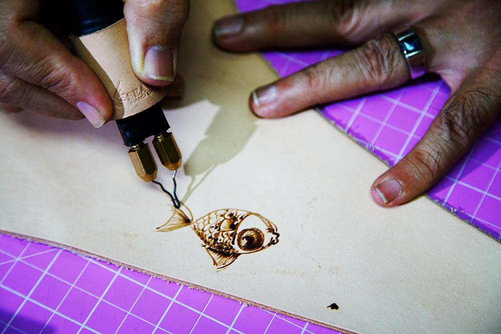 筆只要接觸到皮革就會燒開,與皮雕完全不同。