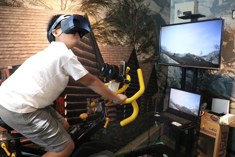 資策會的體感飛輪,讓體驗者感受5D的感官衝擊。