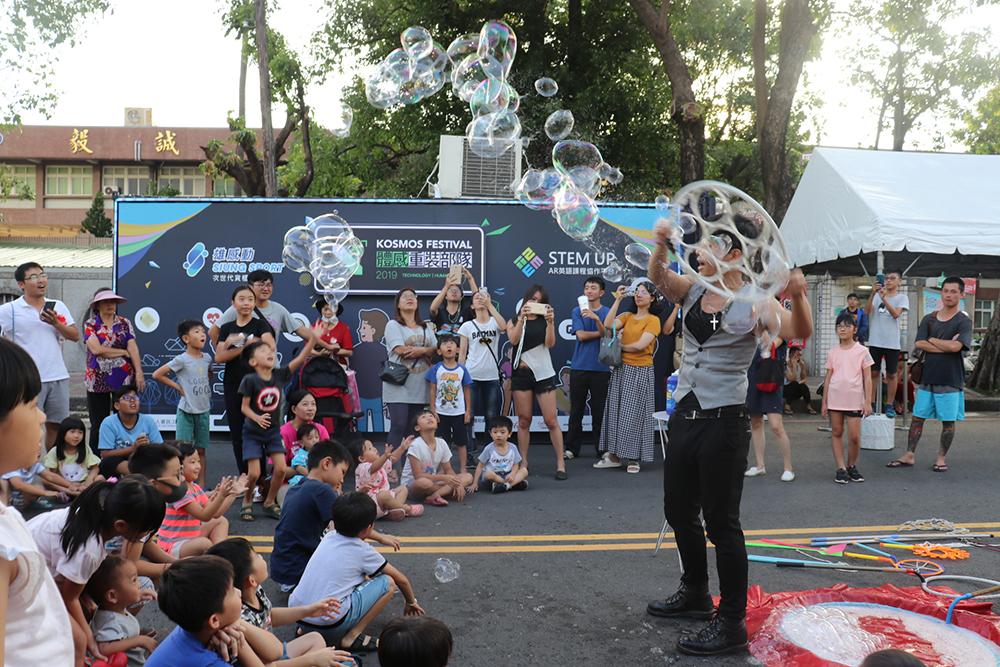 現場吸引許多市民與學生參加,場面熱鬧滾滾。