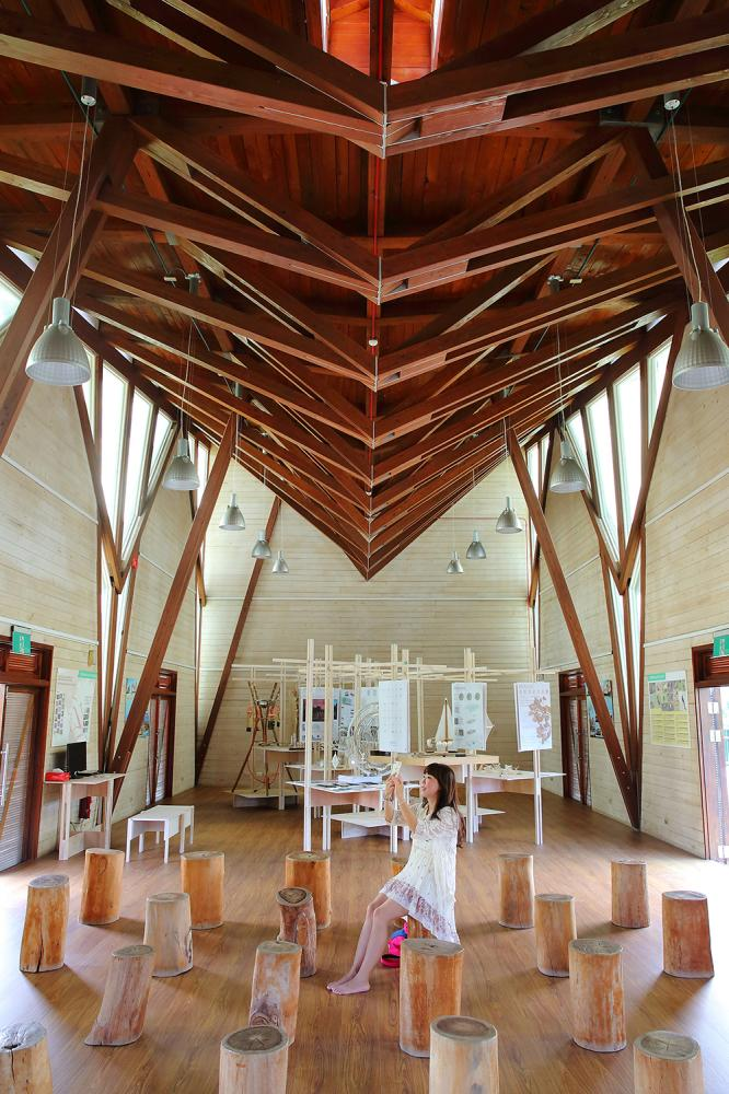 遊客中心有生態展覽,搭配木造建築的設計,更貼合自然景觀。