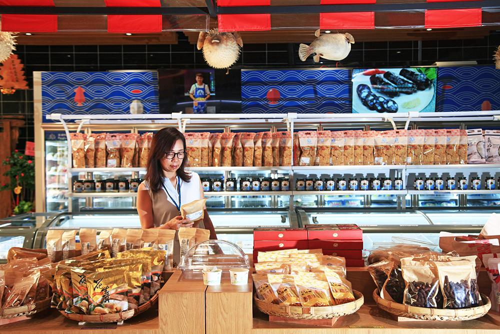 1樓賣場展示宏裕行的各種產品,也有來自澎湖的海鮮。