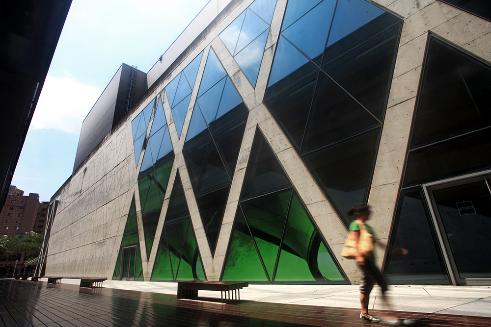 演藝廳及展覽館外觀為X型清水混凝土,搭配複層玻璃帷幕,令人有種在紐約時代廣場第五大道的錯覺。