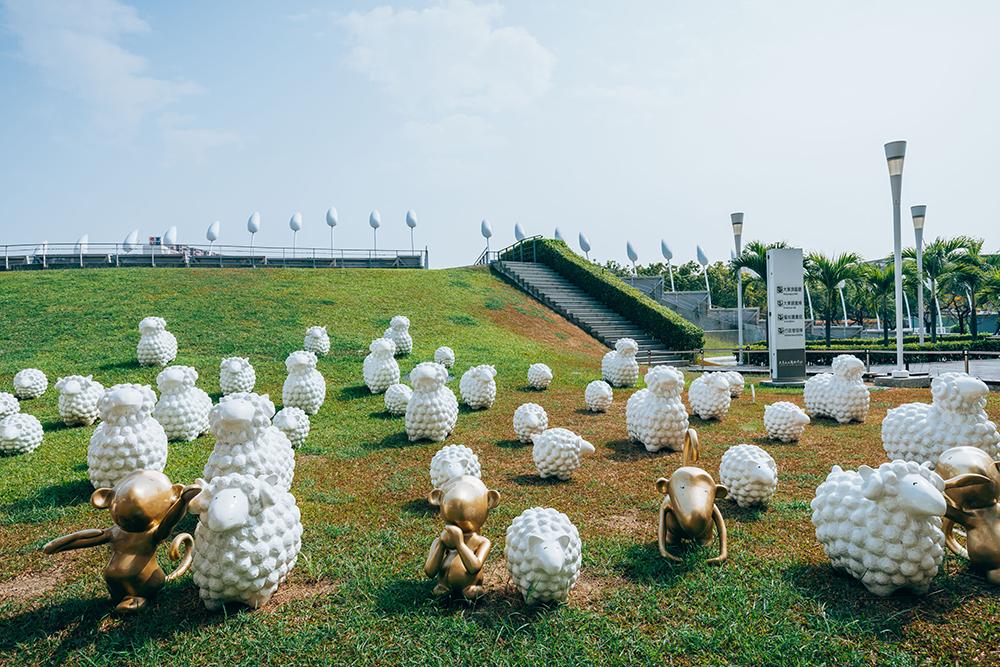 草皮上可愛又療癒小羊,是藝術家蔡坤霖創作的「詩步領羊」。