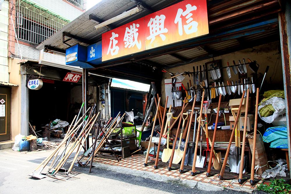 鳳山打鐵街上的打鐵店多以「信」字命名。
