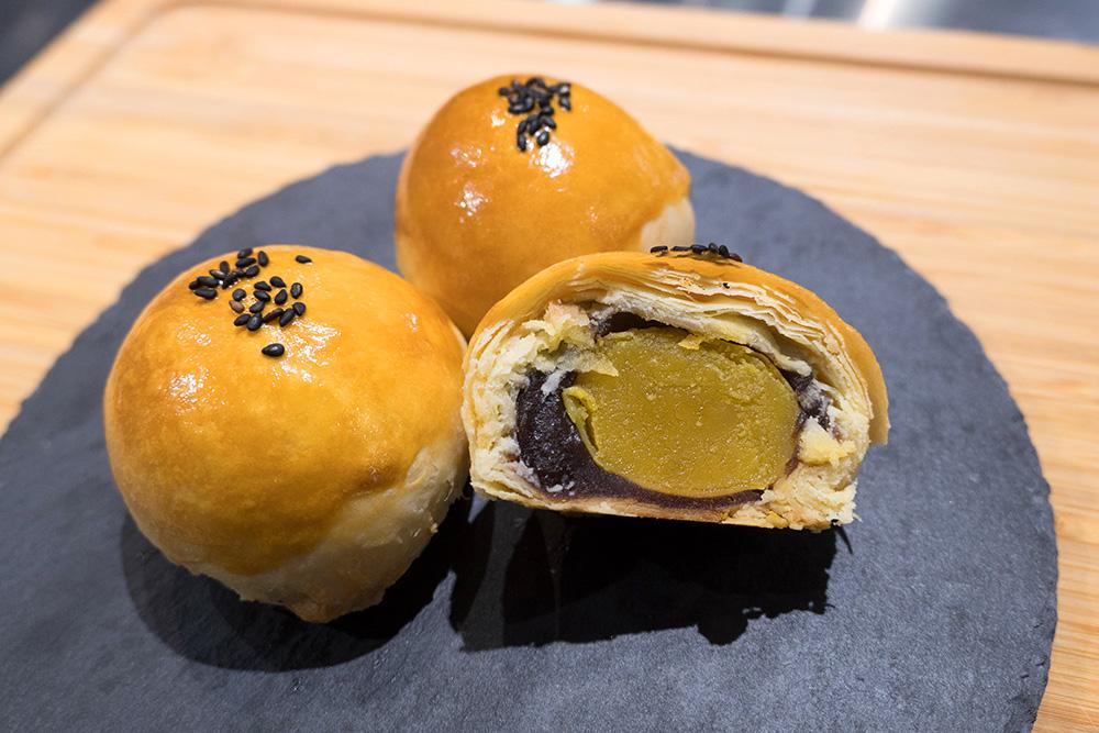 中秋應景的手作蛋黃酥。(攝影/N̂gChú-jiû黃子柔)