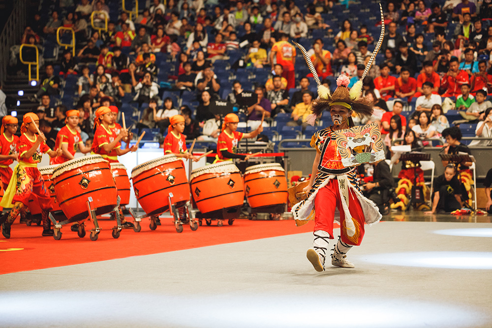 搭配震耳的鼓聲,準備迎接獅王入場表演。(圖片提供/高雄市立歷史博物館)