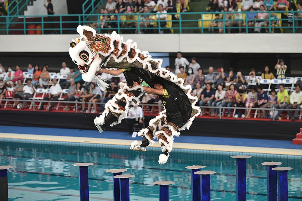 扛著沉重獅頭、踩在水面樁上,腳步輕盈跳躍,看得大家目不轉睛。(圖片提供/高雄市立歷史博物館)