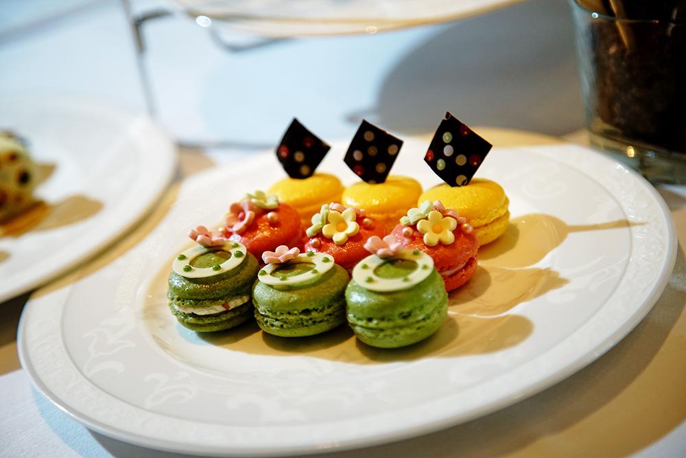 玫瑰瑪德蓮、覆盆子、百香多種口味馬卡龍,都是主廚嚴選台灣在地水果來創作。(攝影/曾信耀)