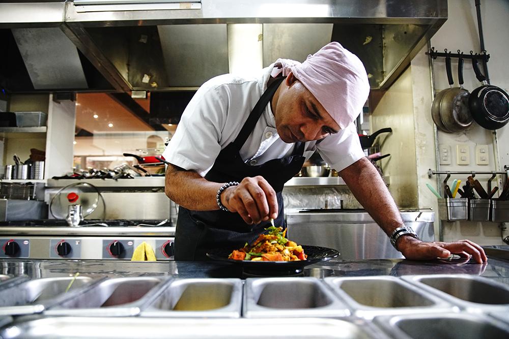迪立下廚不疾不徐,享受做菜的樂趣。(攝影/曾信耀)