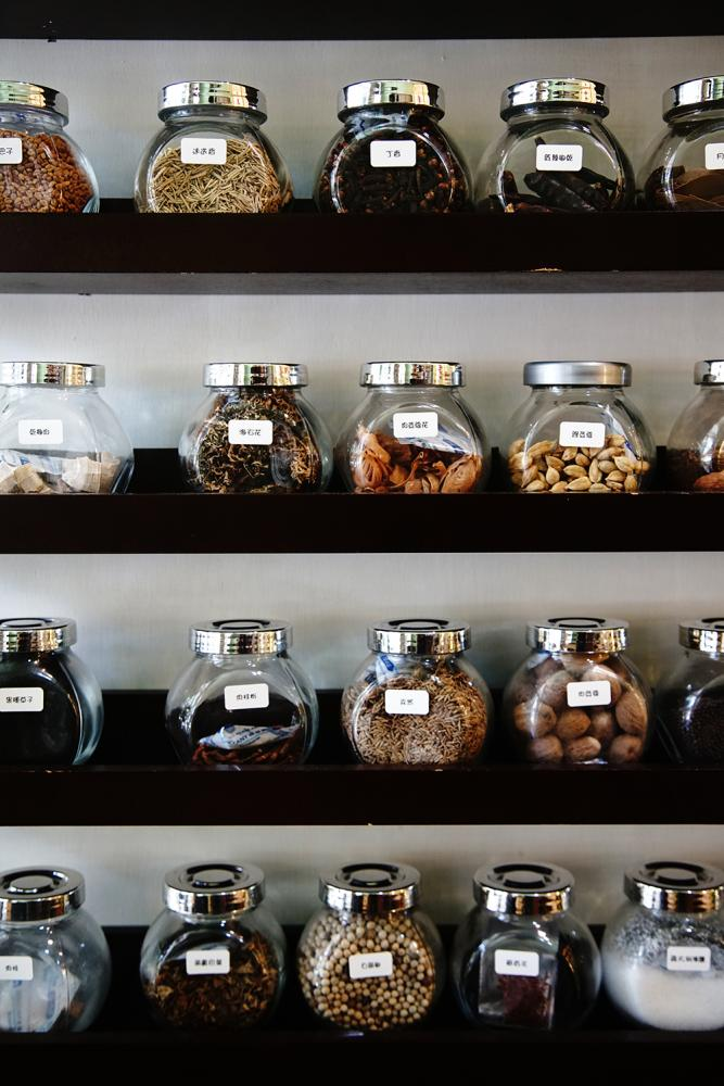 店裡供應印度咖哩常用香料。(攝影/曾信耀)