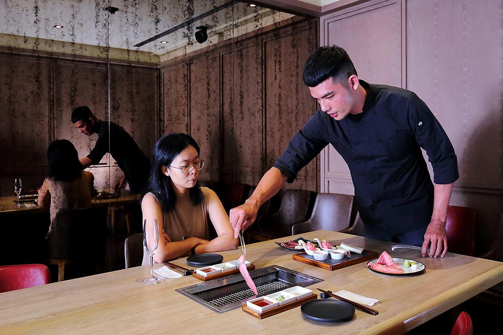 從外場走進廚房,再從廚房來到桌邊,對戴銓盈來說,越靠近客人才能更了解客人的反饋,是主廚必備的歷練過程。(攝影/Carter)