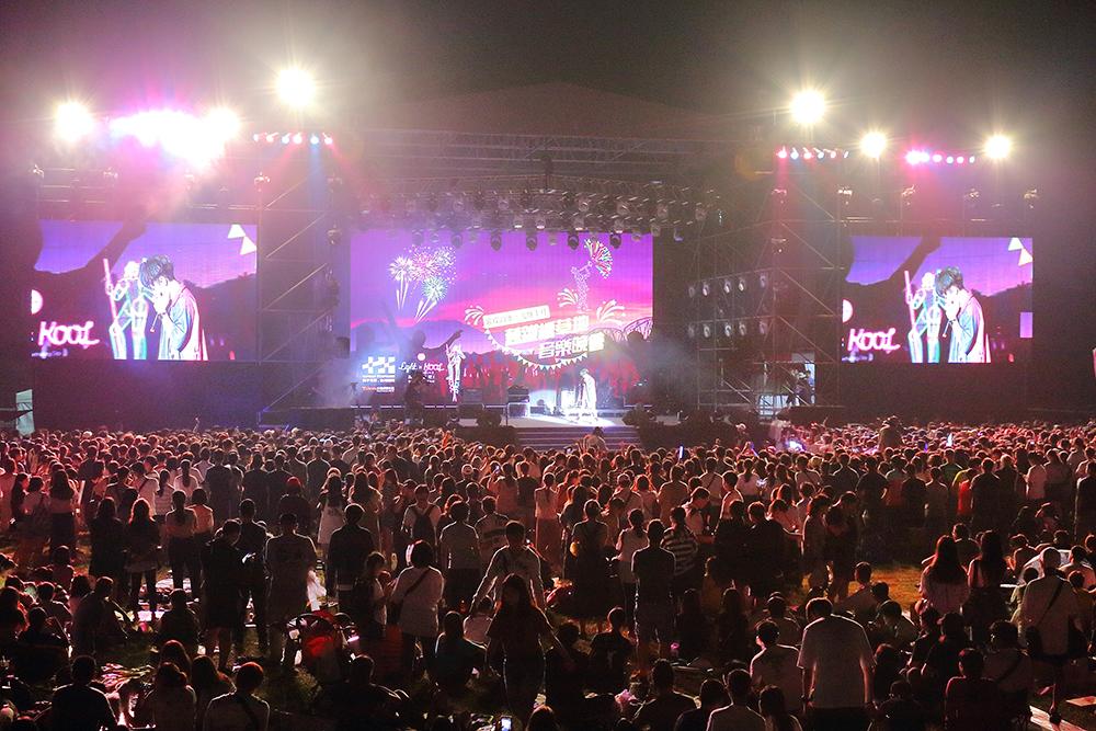 台下觀眾隨著歌手音樂的節奏起伏擺動雙手,在樂音中度過愉快的國慶夜晚。(攝影/Carter)