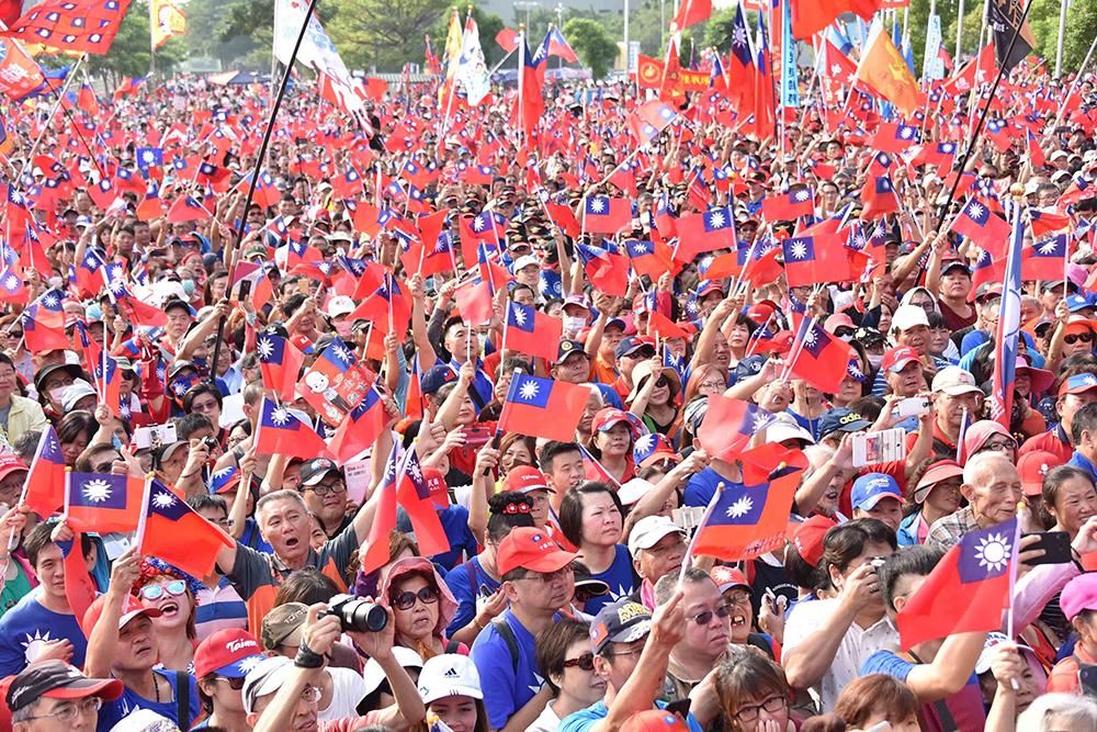 現場人山人海,揮舞著國旗一幕令人熱血沸騰。(圖片提供/高雄市政府新聞局)