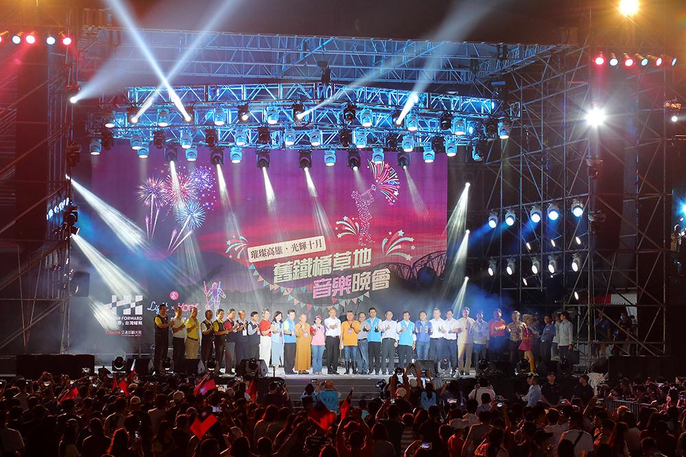 「舊鐵橋草地音樂會」吸引來13萬人潮,野餐、逛市集、聽音樂會、賞煙火,相當愜意。(攝影/Carter)