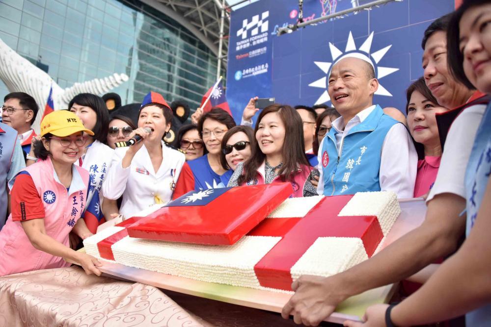 慶賀中華民國108歲生日,現場有國旗蛋糕賀慶典。(圖片提供/高雄市政府新聞局)