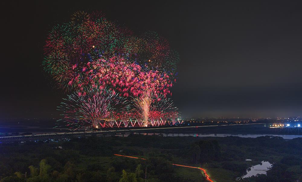 隔著高屏溪,在舊鐵橋高雄端也能共賞42分鐘的國慶煙火秀。(攝影/黃敬文)