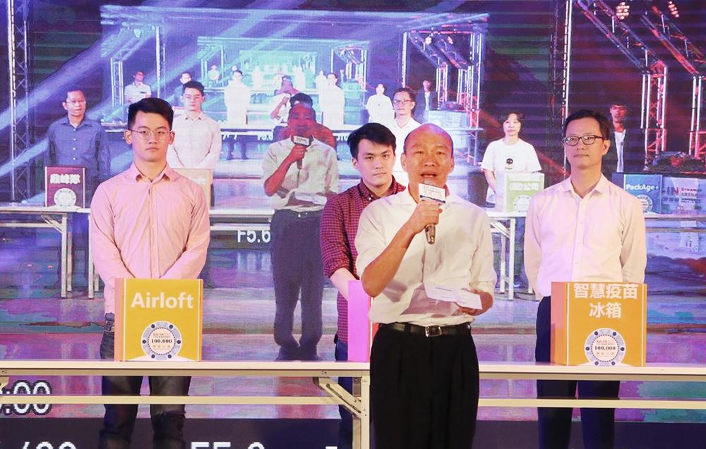高市府重視青年創業,因為年輕人有未來,台灣就會有未來,承諾市府會大力培植並提供法律、會計、市場、周邊資源以及跨國運用等服務。(圖片提供/高雄市政府新聞局)