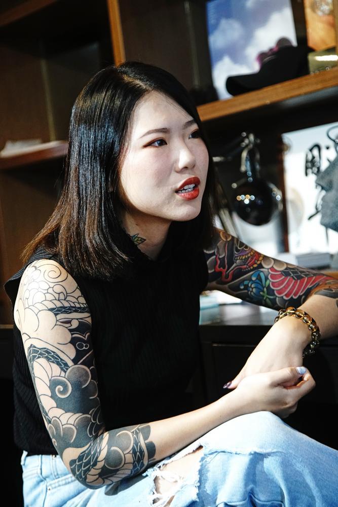 彫椿說,刺青的圖不是隨便畫就可以,必須思考放在皮膚上面適不適合,包括顏色的呈現、線條的粗細等等。(攝影/曾信耀)