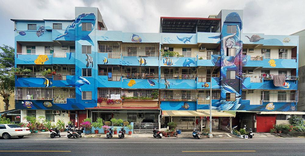 【創作者:回鄉文創有限公司/創作地點:衛武里-行仁路18至24號】由台灣創作者回鄉文創所彩繪的海洋圖案,大幅牆面呈現壯觀效果,相當吸睛。(圖片提供/苓雅區公所)