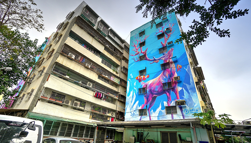 【創作者:LEO HO/創作地點:衛武里—澄清路9巷18號】用色大膽的彩繪作品,讓人一走進社區就被吸引,讓城市藝術更顯活力。(圖片提供/苓雅區公所)