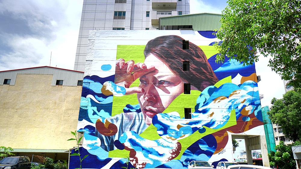 【創作者:團體WHOLE9(簡稱W9) Hitch、Simo/創作地點:苓東里-苓南路32號】來自大阪藝術家創作的「天空」,以藍天、海洋作為創作背景,是今年第一幅完成的巨牆作品。(圖片提供/苓雅區公所
