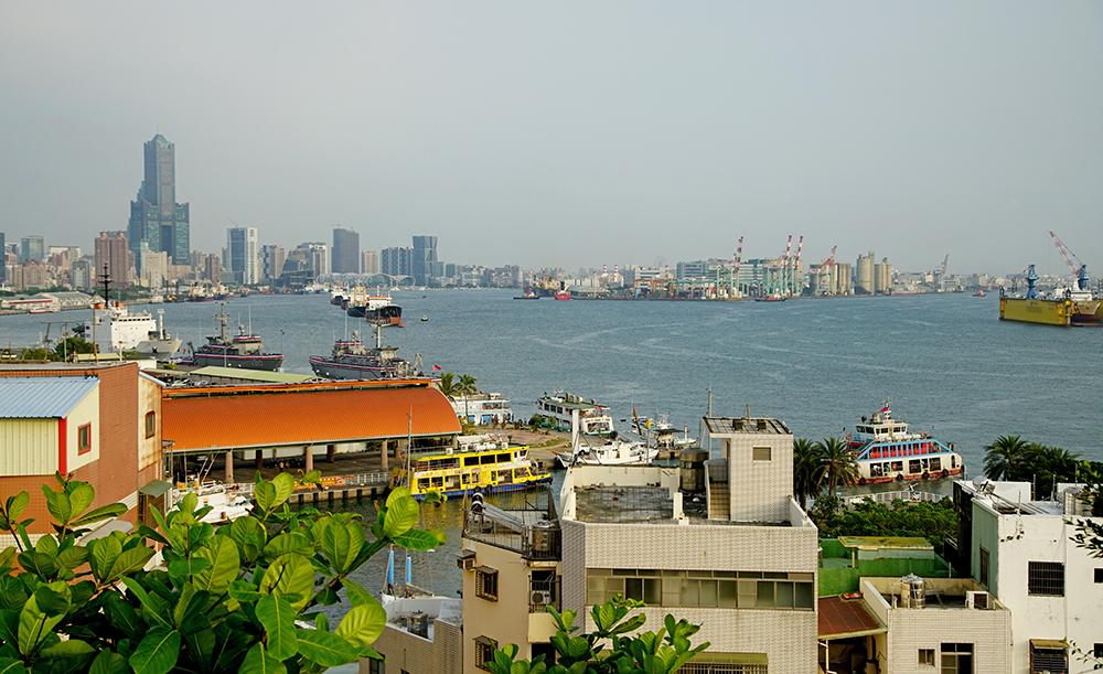 從哨船頭山碉堡近可欣賞壽山風景,遠可眺望85大樓、高雄港及旗津島。(攝影/曾信耀)