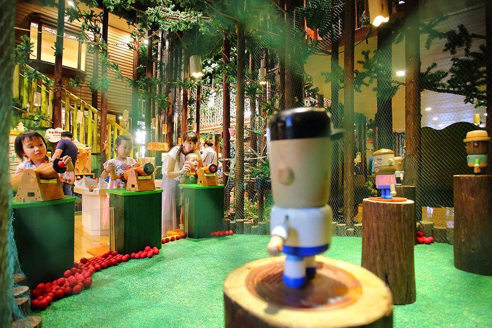 使用木製空氣槍對著木偶發射,「碰」的一聲,引來大人小孩齊尖叫。(攝影/Carter)